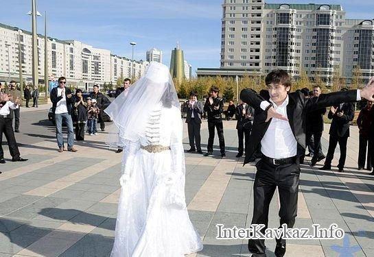 Жених танцует на свадьбе