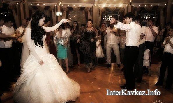 Фото девушки кавказа танцует